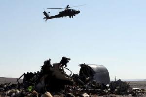 Египетский военный вертолет пролетает над обломками и NBSP; & hellip;