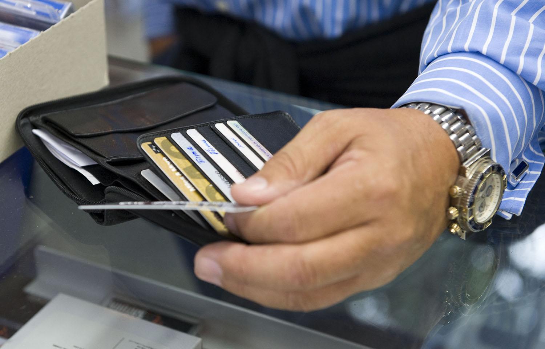 1.000 ευρώ κάθε μήνα για όσους πληρώνουν με κάρτα – Ποιοι και πως θα παίρνουν τα χρήματα
