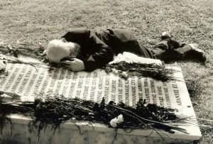 Το κλάμα του πατέρα πάνω από τον τάφο του Καταδρομέα γιου του…