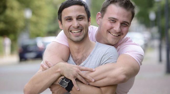 'Eρχεται θεσμοθέτηση γάμου ομοφυλόφιλων και τεκνοθεσίας από ομόφυλα ζευγάρια