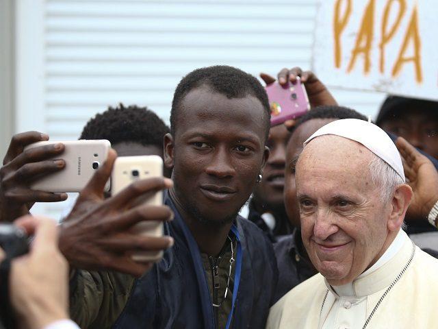 """Πάπας προς ισλαμιστές λαθρομετανάστες : """"Σε εσάς βλέπω τον Ιησού Χριστό""""."""