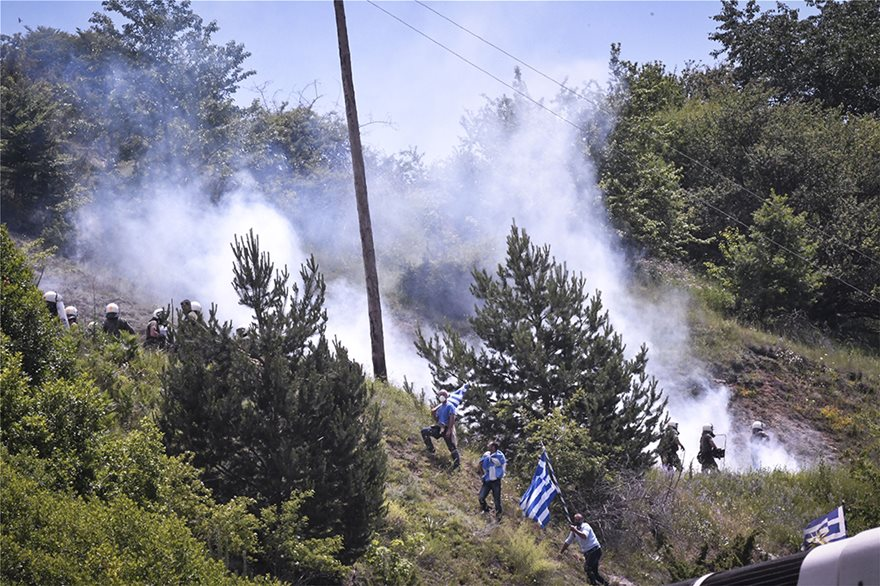 Άγριο ξύλο με διαδηλωτές εις το όνομα της «Μακεδονίας» – «Βροχή» τα χημικά υπό εντολές της κυβέρνησης – Ειρωνείες Κοτζιά κατά Ελλήνων πατριωτών