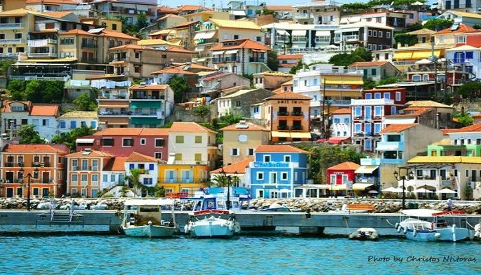 Η πιο πολύχρωμη πόλη της Ελλάδας: Κρυστάλλινες παραλίες και γραφικά σοκάκια που θυμίζουν…νησί