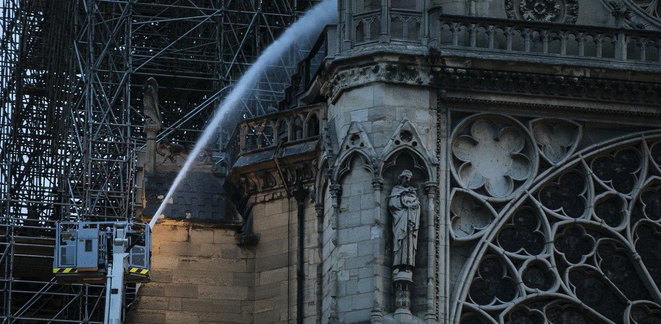 ΕΚΤΑΚΤΟ: Δεν πέρασε ο κίνδυνος – Εντοπίστηκε «αδυναμία» στη δομή του ναού – «Φουντώνουν» τα σενάρια για τα αίτια της πυρκαγιάς
