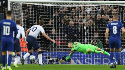 Tottenham 1-0 Chelsea, Carabao Cup - Harry Kane's penalty gives Spurs advantage 3