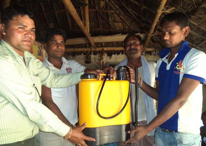 दलित समुदायका किसानलाई कृषि सामग्री