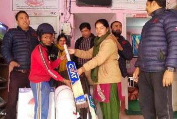 सबलद्वारा बाल क्रिकेटर गोलु सिंहलाई खेल सामग्री