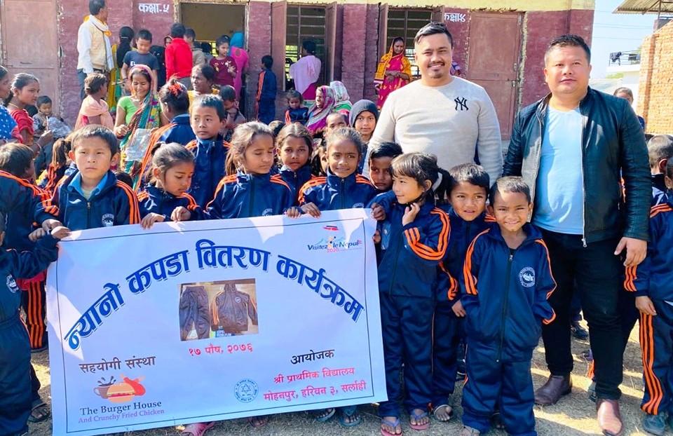 प्राथमिक बिधालय मोहनपुरका विद्यार्थीलाई न्यानो कपडा वितरण