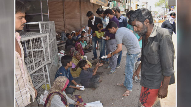 Social-Workers-distributed-Meal-to-Poor-in-Vidisha