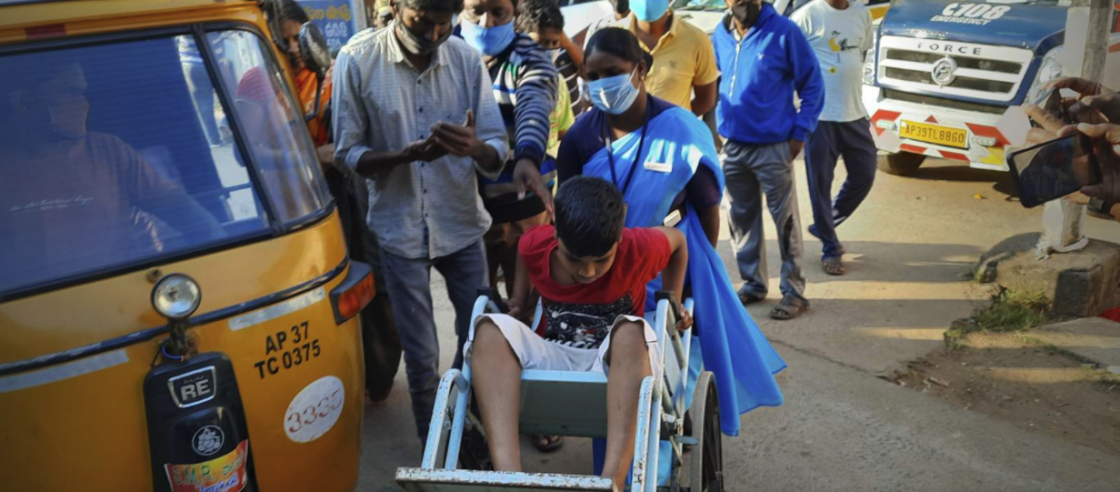 One person dead and 200 others  hospitalized because of an unidentified illness in southern India