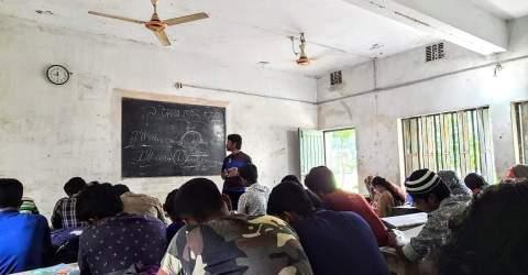 """মাগুরায় পাবলিক বিশ্ববিদ্যালয়ের শিক্ষার্থীদের অনন্য উদ্যোগ """"১ টাকায় কোচিং'"""