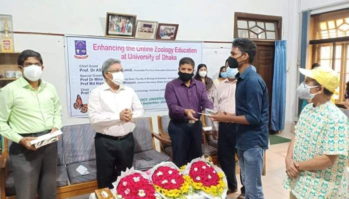 ঢাবি প্রাণিবিদ্যা বিভাগের উদ্যোগে অসচ্ছল শিক্ষার্থীদের স্মার্টফোন প্রদান