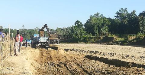 লোহাগাড়ার কলাউজান টংকাবতি খাল থেকে অবৈধভাবে বালু উত্তোলন।