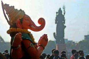 Prozession mit Ganesha-Statue, im Hintergrund Shiva