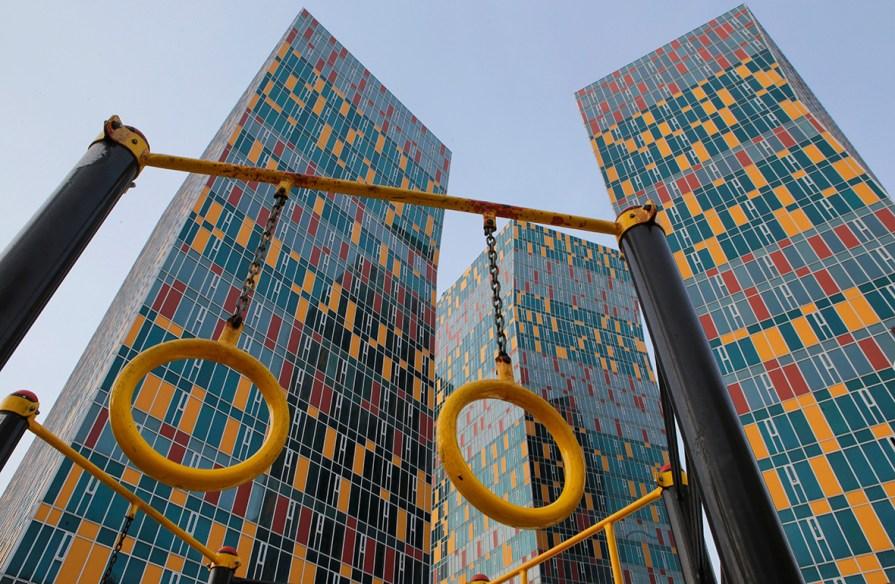 В ЖК Sky House завершается установка детской площадки