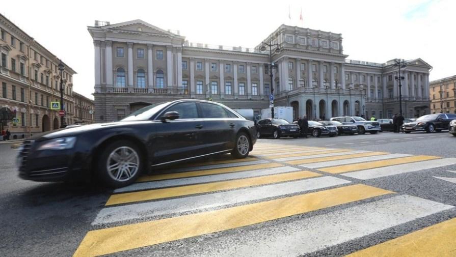Петербургские депутаты одобрили штрафы за хаотичную парковку во дворах