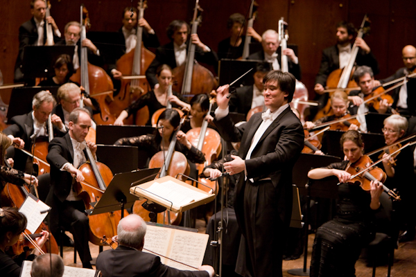 Alan Gilbert and the New York Philharmonic. Photo Chris Lee.