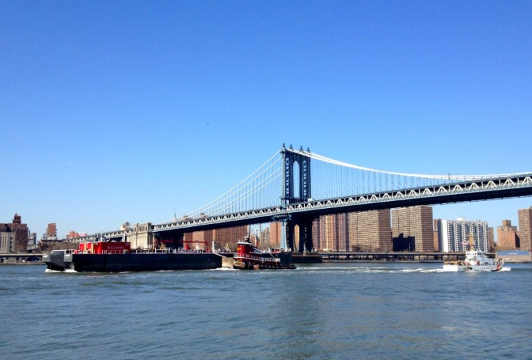 manhattan-bridge-boats