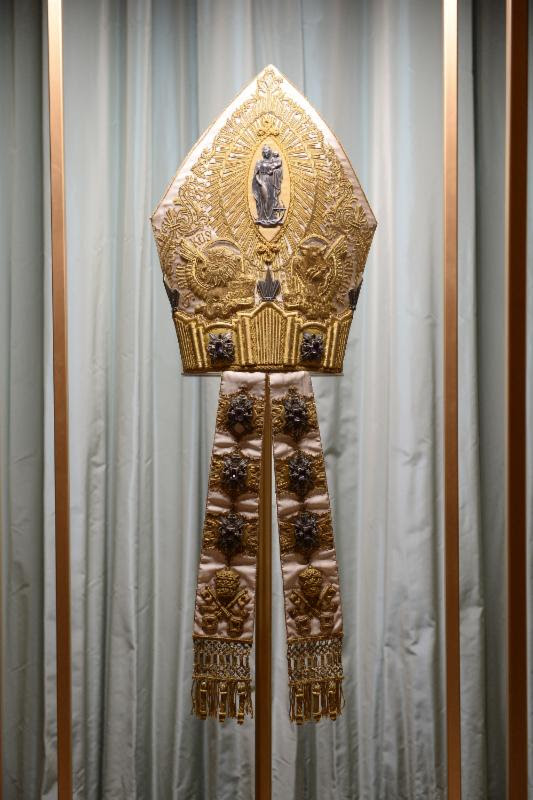Mitre of Pius XI on display at The Met'sHeavenly Bodies: Fashion and the Catholic Imaginationadvance press event. Courtesy of The Metropolitan Museum of Art/@spgitalia