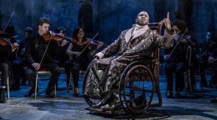 Amadeus 7 foreground_lucian_msamati_-_antonio_salieri_background_members_of_southbank_sinfonia_image_by_marc_brenner