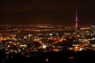 Auckland bei Nacht vom Mt. Eden