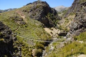 Die Hängebrücke über den Tritata Stream