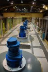 Die Turbinen 166m tiefer wandeln kinetische Energie in Strom um.