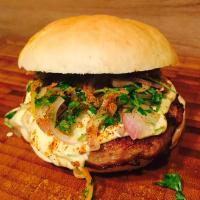 Bosna Burger - Bratwurstpatties, Senfsoße & Buns - Grillrezept