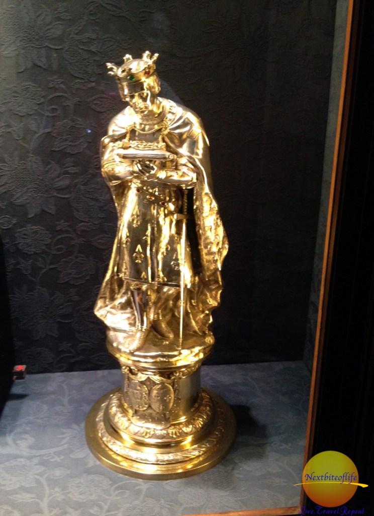 pure gold stature at catedral de sevilla