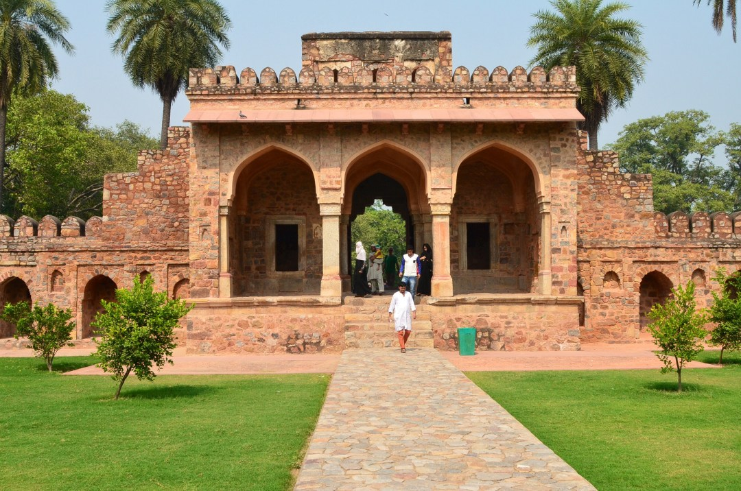 humayun's tomb man walking