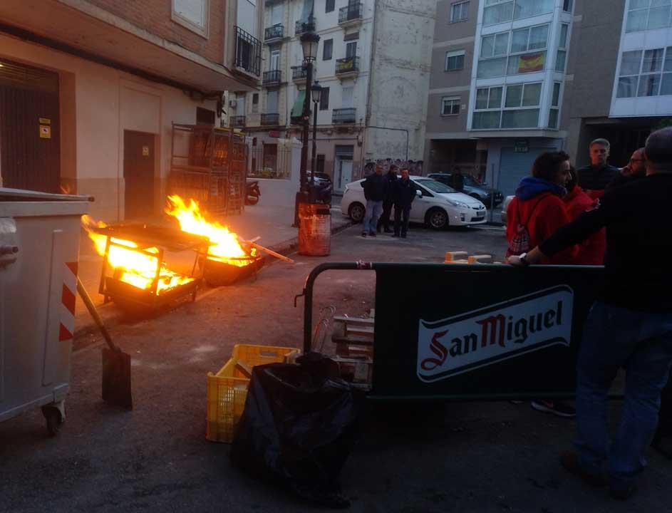 fire to cook paella valencia fallas