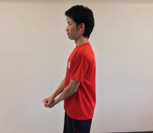 下ろした時:肘は脇腹の横をキープ。