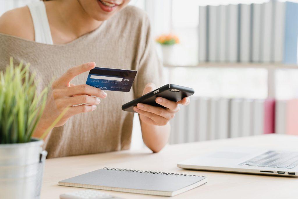 Pozycjonowanie long tail. Kobieta używająca karty do płatności on-line