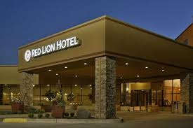 Evening photo of the Red Lion Hotel in Lewiston Idaho