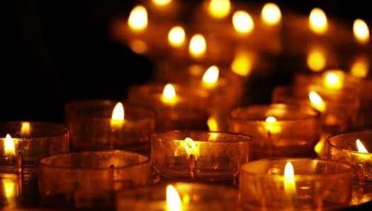 bougies allumées, autant de lumière dans l'obscurité