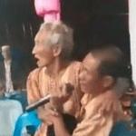 Viral Video Nenek Cemburu Lihat Kakek Duet Dengan Biduan, Lempar Kursi dan Nangkring Di Paha Suami