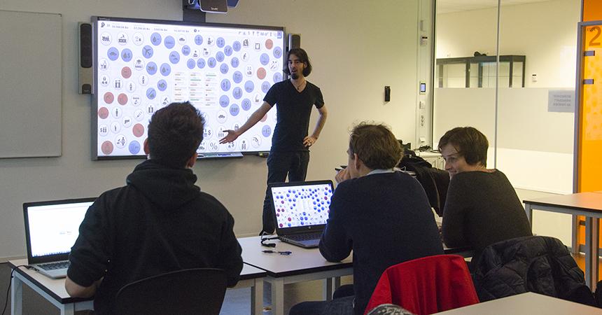 Foto: James Portnow demonstrerte en undervisningstime med spillet Democracyl. Deltakerne løste spillet i plenum.