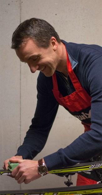 ENGASJERT: Kjetil Øyen har skaffet seg smørebord for å følge opp barna best mulig.
