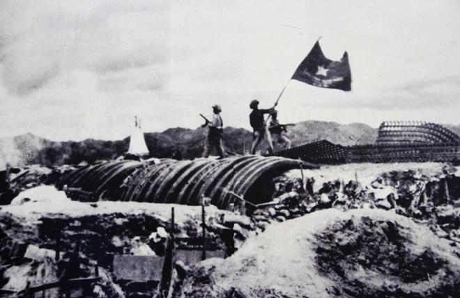 """17h30 ngày 7/5/1954, lá cờ """"Quyết chiến quyết thắng"""" của Quân đội nhân dân Việt Nam tung bay trên nóc hầm tướng De Castries."""