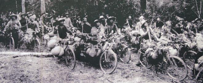 Bên cạnh xe cơ giới, chiến dịch Điện Biên Phủ đã huy động hơn 20 nghìn chiếc xe đạp thồ tham gia vận chuyển hàng hóa, vũ khí. Ban đầu, một xe chỉ chở được 100 kg, nhưng sau cải tiến thêm tay ngai, quấn lốp, mỗi xe chở được trên 200 kg, có xe 300 kg. Xe của chiến sĩ Ma Văn Thắng, quê Phú Thọ chở được 352 kg, đạt kỷ lục trong chiến dịch Điện Biên Phủ.
