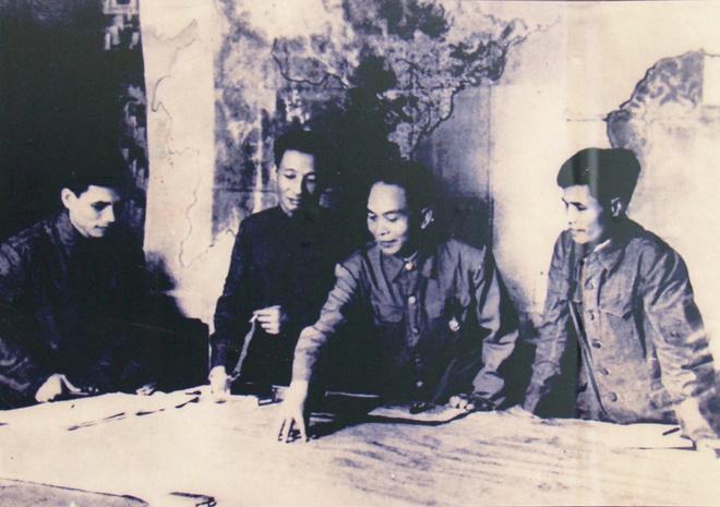 """Ngày 14/1/1954, Đại tướng Võ Nguyên Giáp đã đưa ra phương án """"đánh nhanh, giải quyết nhanh"""" và dự định ngày nổ súng là 20/1. Phương án này đặt kế hoạch tiêu diệt Điện Biên Phủ trong 3 ngày đêm bằng những đợt tiến công ồ ạt. Song một đơn vị đại bác vào trận địa chậm và kế hoạch bị lộ nên lịch tấn công dời đến ngày 26/1. Ngày đêm 25/1, Đại tướng Võ Nguyên Giáp đã suy nghĩ và đưa ra """"quyết định khó khăn nhất trong đời cầm quân"""", chuyển từ """"đánh nhanh, giải quyết nhanh"""", sang """"đánh chắc, tiến chắc"""", đánh dài ngày theo kiểu bóc vỏ từng cứ điểm đối phương."""