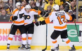 Jogadores dos Flyers comemoram gol no Jogo 2
