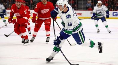 Elias Pettersson dispara contra o Detroit Red Wings