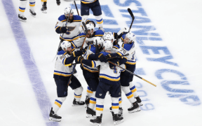 St. Louis Blues e Boston Bruins no jogo 2 da Stanley Cup Final, com vitória do Blues de 3 a 2