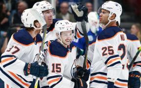 Jogadores do Edmonton Oilers comemoram vitória contra Vancouver Canucks