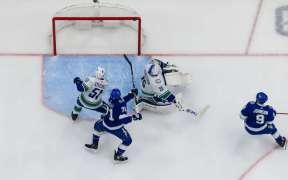 Tampa Bay Lightning cerca o gol do Vancouver Canucks e vence com goleada