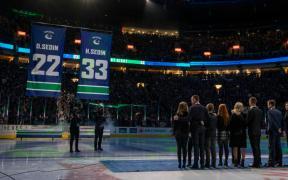 Vancouver Canucks aposentou os números de Daniel e Henrik Sedin