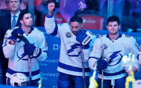 Racismo no hockey - JT Brown levanta o punho durante o hino