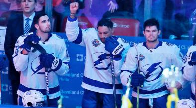 Racismo no hockey - JT Brown levanta o punho durante o hino