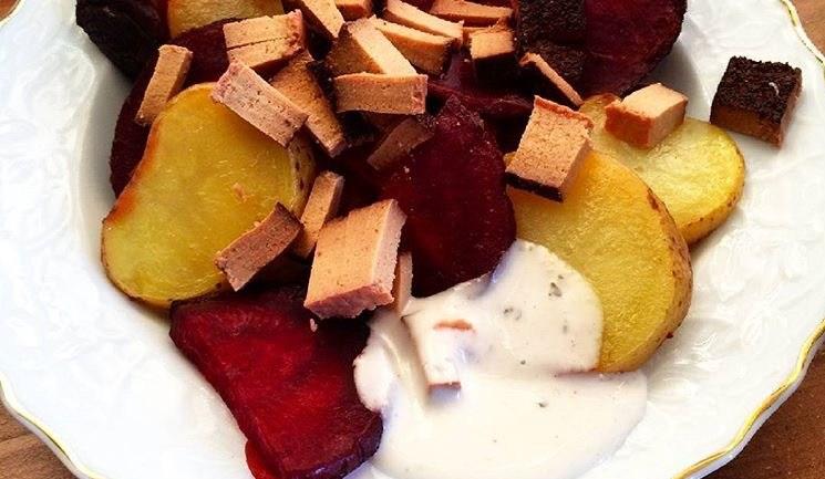 Rezept: Backofenkartoffeln mit roter Bete und Räuchertofu